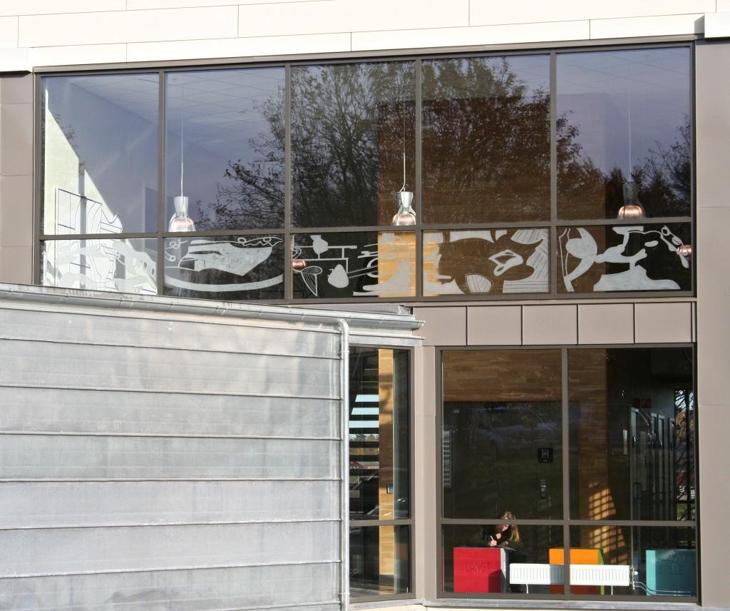 Borgheim Sentrumsbygg, Nøtterøy.Glassmaleri i sandblåst glass.
